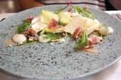 Listy čekanky s tyrolským špekem, cibulový krém, pecorino, lískové ořechy (Radicchio leaves with Tyrolean bacon , onion cream , pecorino , hazelnuts)