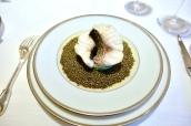 Escalopines de bar à l'émincé d'artichaut, nage réduite au caviar golden
