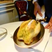 Volaille de Bresse rôtie au beurre d'estragon, girolles étuvées aux amandes